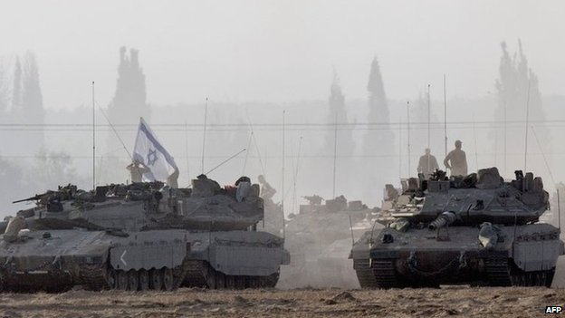 Israeli army tanks near the border with Gaza (8 July 2014)