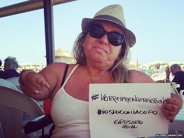 A photo posted from the Twitter handle @lorellaranconi showing a woman holding a #VorreiPrendereilTreno sign