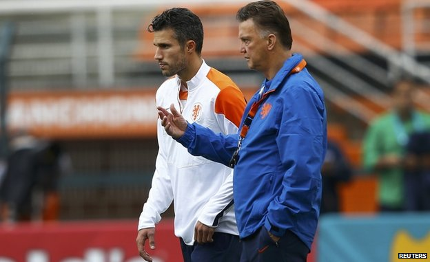 Louis Van Gaal (R) with Robin Van Persie at a training session in Sao Paulo