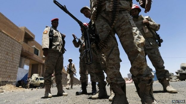 Yemeni soldiers stand outside a prison in the city of Amran (9 June 2014)