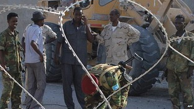 Security personnel in front of Villa Somalia - February 2014