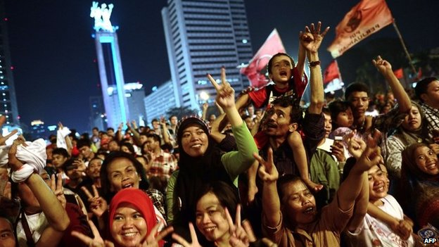 Supporters of Indonesian presidential candidate Joko Widodo rally at the traffic roundabout in central Jakarta after the close of polls on 9 July 2014