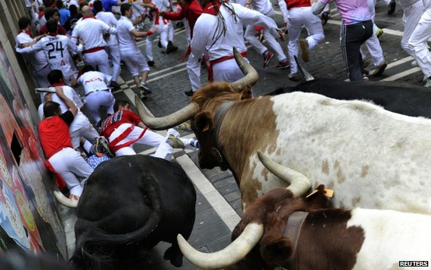 Runners fall in Pamplona (10 July)