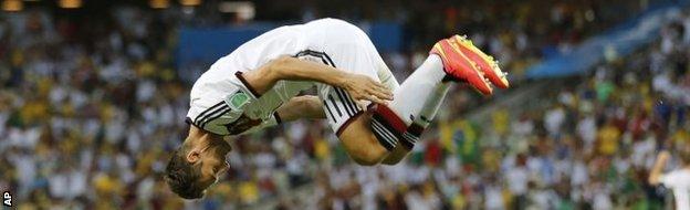 Miroslav Klose somersaults