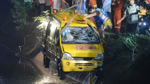 Bus pulled from water in Hunan province