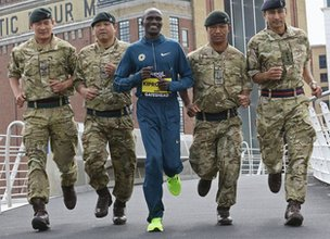 Stephen Kiprotich meets soldiers from the Gurkha Company 2nd Infantry Training Battalion