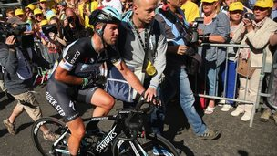 Cavendish crosses the finish line injured
