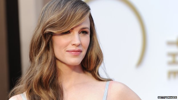 Actress Jennifer Garner poses for cameras before the 2014 Oscar Awards show.