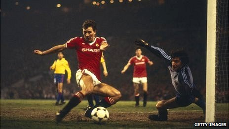 Bryan Robson scores against Barcelona in 1984