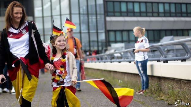 Fans arrive to to welcome the German national soccer team in Berlin (15 July 2014)