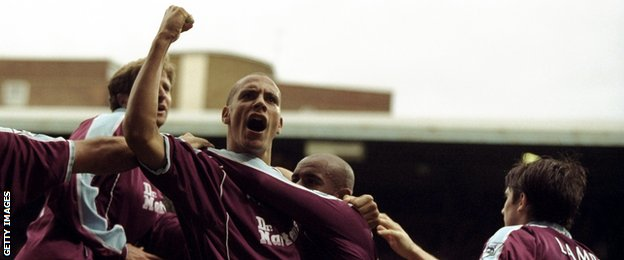 Rio Ferdinand celebrates West Ham United's late equaliser against Sunderland