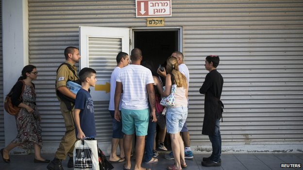 Israelis entering a bomb shelter in Ashkelon (15 July 2014)