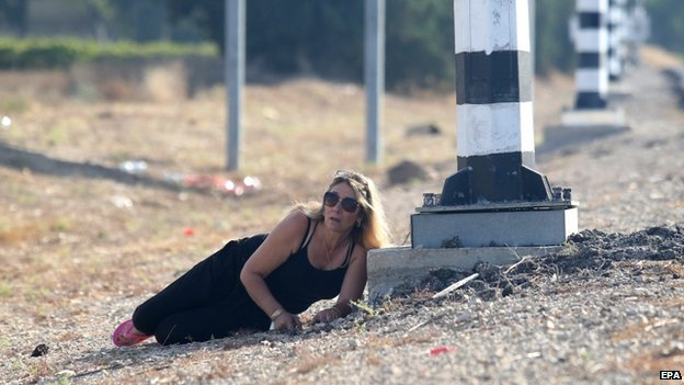 Israeli woman takes cover near Kiryat Malachi (16 July 2014)
