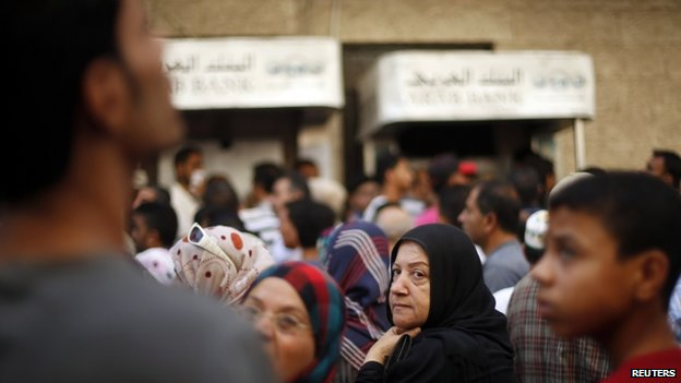 Palestinians queue outside a bank in Gaza City (17 July 2014)