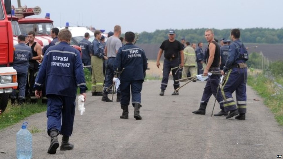 Rescuers near the site of the crash (18 July 2014)