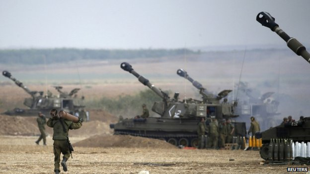 An Israeli soldier carries ammunition outside the Gaza Strip. Photo: 20 July 2014