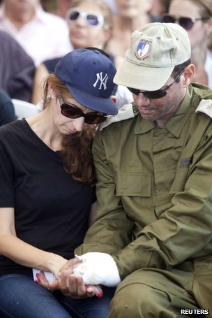 Sagit Greenberg, the wife of Israeli soldier Maj Amotz Greenberg, mourns during his funeral in the central town of Hod Hasharon, 20 July