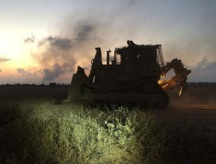 Israeli bulldozer rolls towards the birder with Gaza, 20 July
