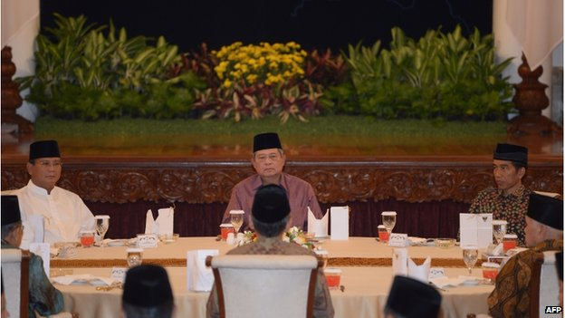 Indonesian president Susilo Bambang Yudhoyono (C), presidential candidates Joko Widodo (R) and Prabowo Subianto (L) attend a breaking-fast together at the presidential palace in Jakarta on 20 July 2014