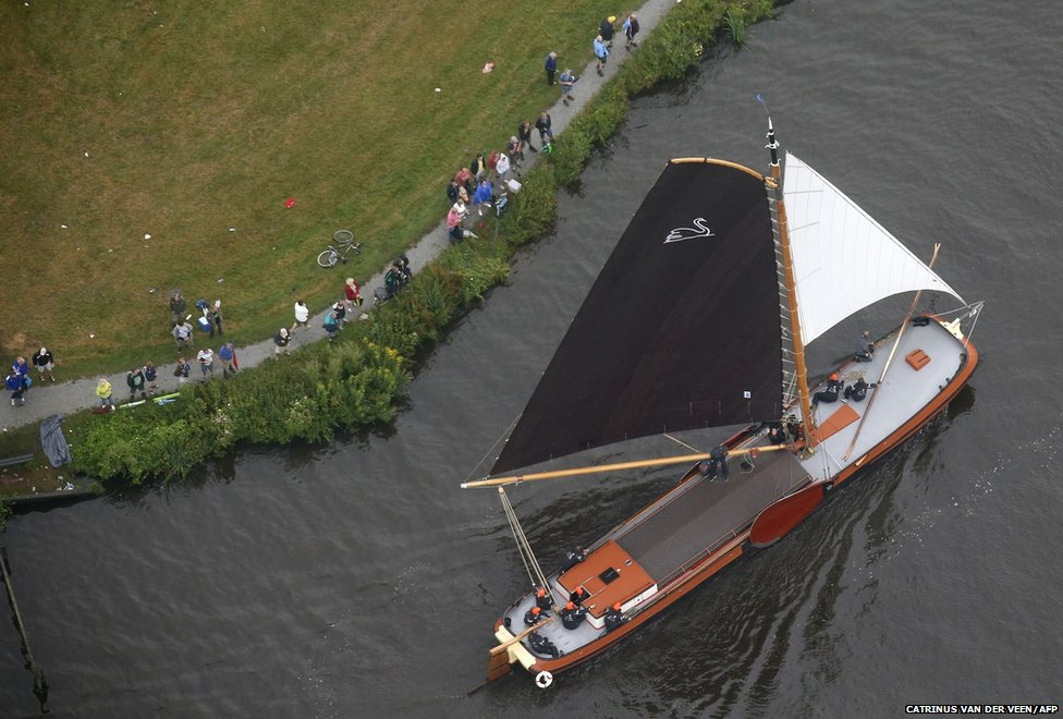 An aerial view shows a competitor sailing a skutsjes