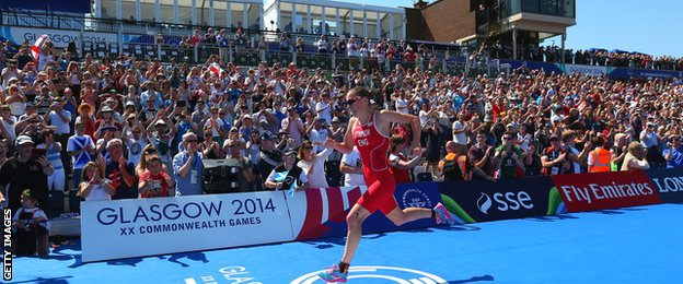 England's Jodie Stimpson (left) in action at the Commonwealth triathlon