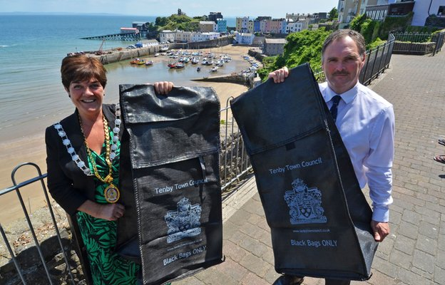 Tenby mayor Sue Lane and Pembrokeshire councillor Huw George with the bird-proof bags