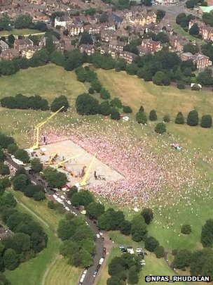 Crowds in Newsham Park