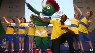 Usain Bolt with Clyde and children from Giffnock North Athletic Club