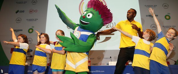 Bolt poses with mascot Clyde and five kids