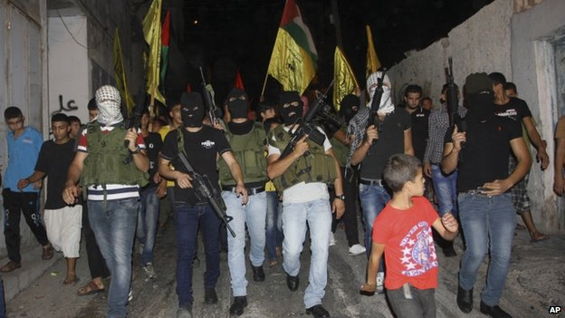 Palestinian militants march at a rally in West Bank (26 July 2014)