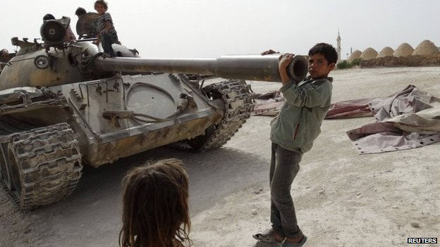 Syrian children near a tank in southern Aleppo (4 June 2014)