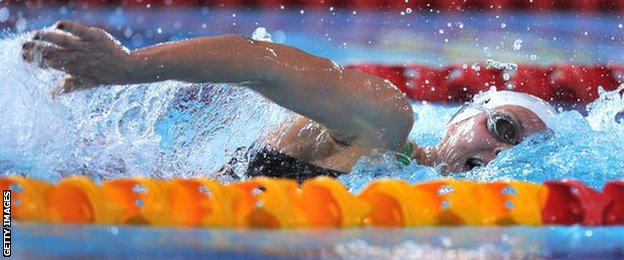 Wales' Jazz Carlin swims to win gold in the women's 800m freestyle final