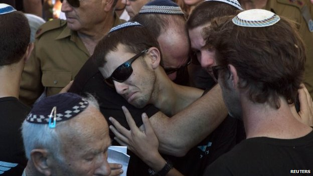 Relatives of Israeli soldier Liad Lavi, who died after succumbing to wounds he sustained last week while fighting in Gaza, mourn during his funeral in Meitar near Beersheba, 28 July 2014