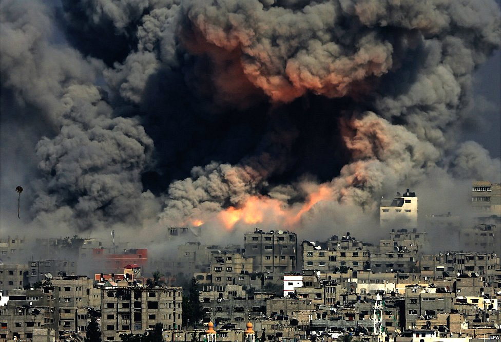 Smoke rises from Tuffah neighbourhood after Israeli air strikes in the east of Gaza City - 29 July 2014