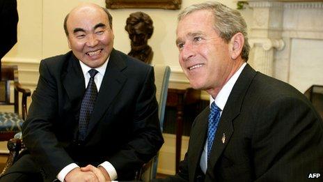 Kyrgyz President Askar Akayev (l) with US President George W Bush