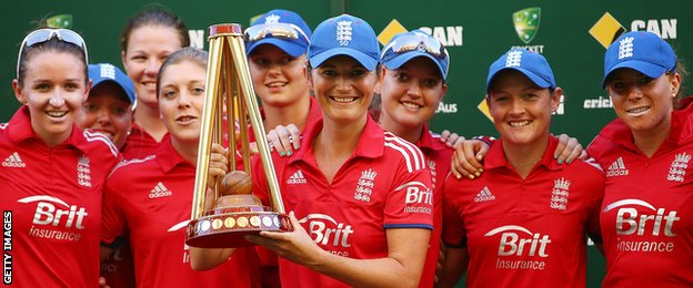 Charlotte Edwards lifts the Ashes trophy