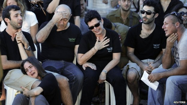 Family members of Israeli soldier Matan Gotlib mourn during his funeral in Rishon Lezion, near Tel Aviv July 31, 2014