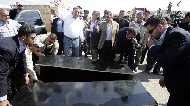 The bodies of Ehud Goldwasser and Eldad Regev are handed over