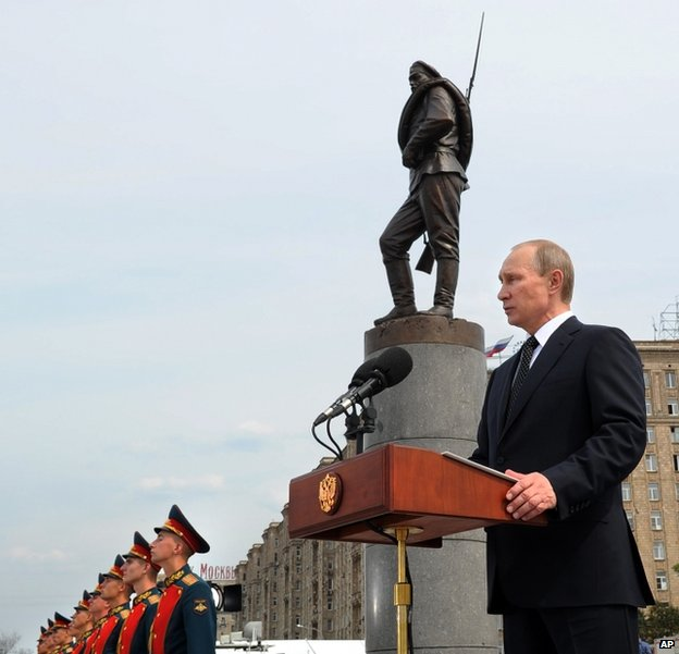 Russian President Vladimir Putin unveils a monument in Moscow to Russian soldiers killed in World War One, 1 August