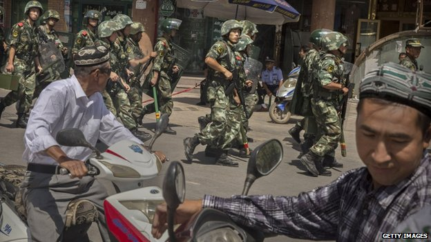 Chinese soldiers march past near the Id Kah Mosque in Kashgar (31 July 2014)