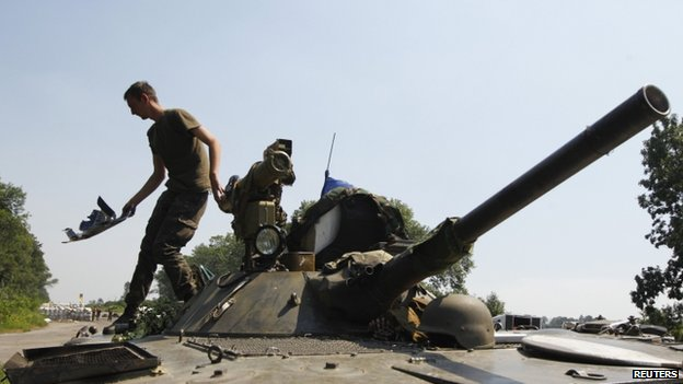 A Ukrainian soldier cleans up his Armoured fighting vehicle as he guards a checkpoint outside the eastern Ukrainian village of Nikishyne  (1 August 2014)