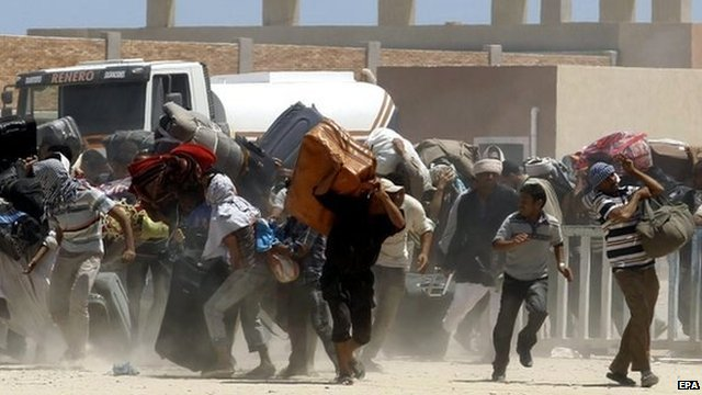 Egyptian fleeing Libya at Tunisia border crossing