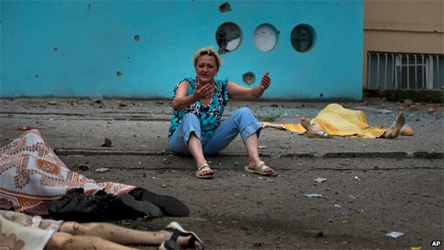 A woman cries near the body of a dead relative in Luhansk (18 July 2014)
