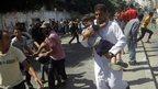 As crianças são transportadas do local do ataque Rafah, 03 de agosto