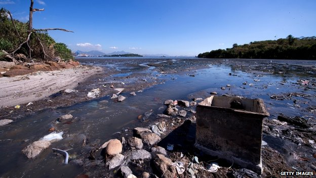 Pollution in Rio's Guanabara Bay, 30 July 14