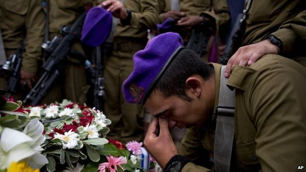 Israeli soldiers mourn over the grave of Lt. Hadar Goldin at his funeral 3 August 2014