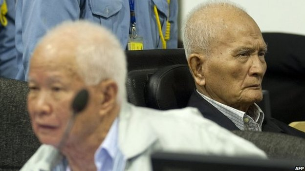 Former Khmer Rouge leaders Khieu Samphan (left) and Nuon Chea (right) in the courtroom at ECCC in Phnom Penh on 31 October, 2013