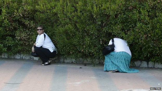 Israeli women take cover in Ashkelon (4 August 2014)