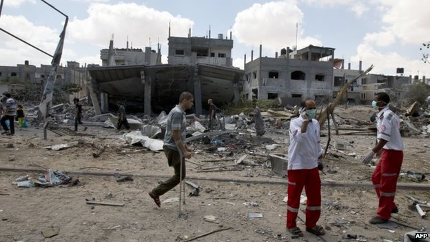 Palestinians amid destroyed homes in Rafah (4 August 2014)