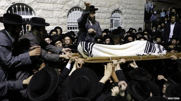Orthodox Jews attend the funeral of Abraham Wallace in Jerusalem's Mea Shearim neighbourhood (4 August 2014)
